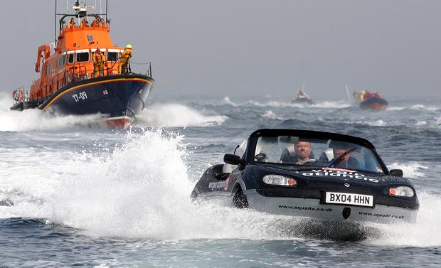 Фото №1 - И поехать, и поплыть: самые странные и успешные попытки создать «лодкомобиль»