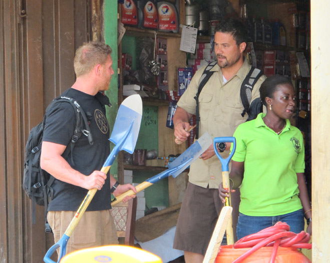Фото №5 - Фотоистория о том, как разорившиеся агенты по недвижимости отправились в Африку охотиться за золотом