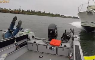 Рыбаки выпрыгнули из лодки за миг до того, как в нее на полном ходу врезался катер! (ошеломляющее ВИДЕО)
