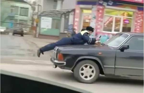 Злостный нарушитель прокатил на капоте полицейского по Махачкале (ВИДЕО)