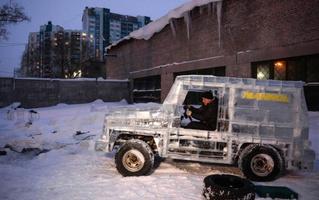 Автолюбитель из Новосибирска построил внедорожник изо льда! И он ездит!