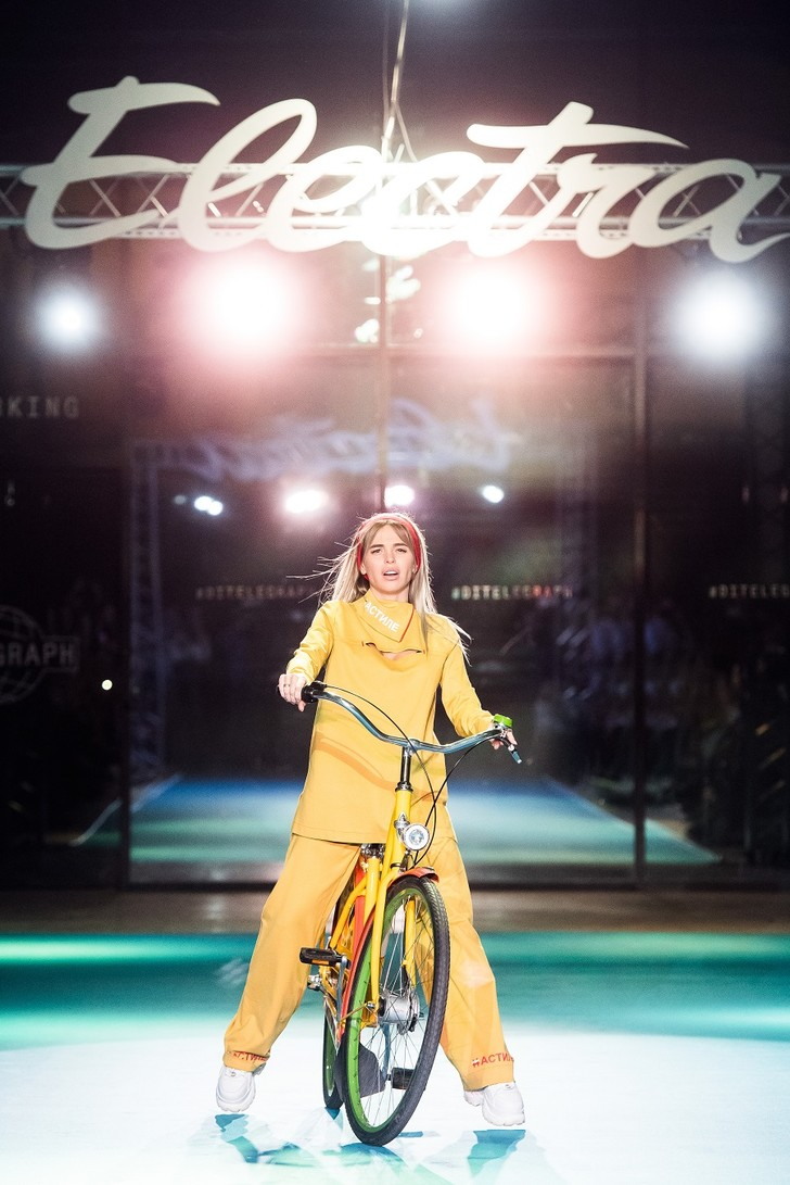 Фото №2 - Подиум для велосипедов: модный показ Electra по случаю 25-летия бренда