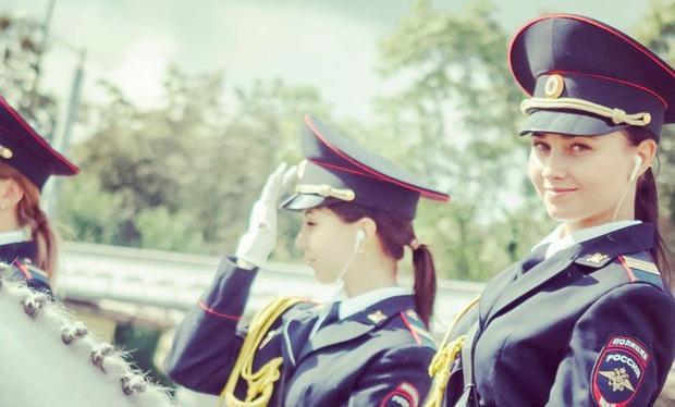 Фото №1 - Японцы сходят с ума от фотографий русской девушки-полицейского на коне. Заслуженно