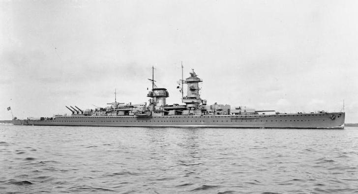 Тяжелый крейсер «Адмирал фон Шпее» на военном параде в конце 1930-х годов