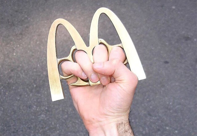 Фото №1 - Логотипы известных брендов превратили в оружие!
