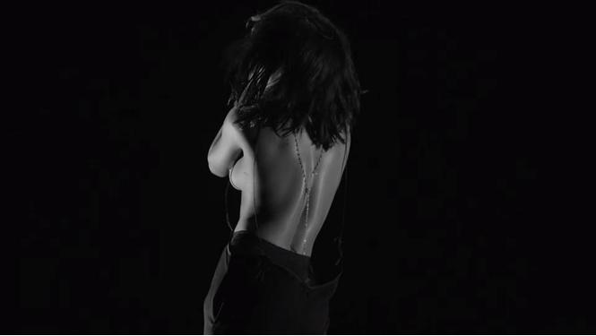 Целуй ее лучше! Рианна выпустила свой самый эротичный клип
