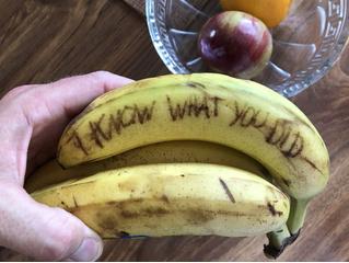 Новая идея для розыгрыша: страшные надписи на бананах