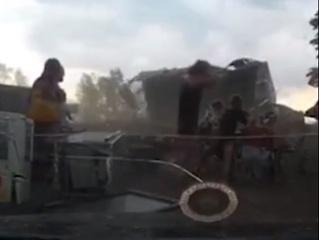 Мощный шквал в Красноярске играючи сорвал с отдыхающих гигантский шатер и унес (видео)