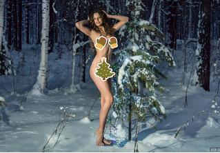 Модель сфотографировалась в лесу совершенно голой в знак протеста против вырубки елей (и ВИДЕО тоже есть!)