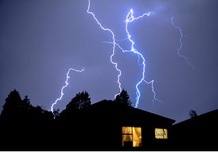 Молния ударила в iPhone в тот момент, когда его хозяйка снимала молнии! (Роковое ВИДЕО)