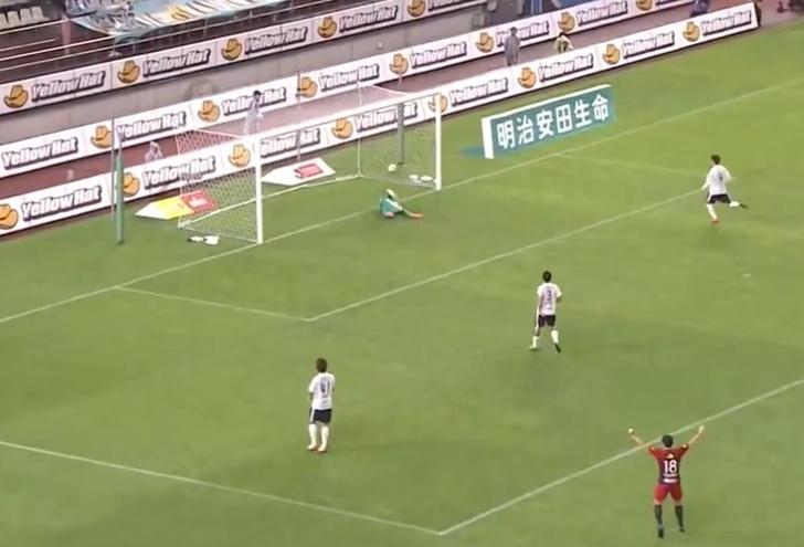 Фото №1 - Чудо-гол: футболист забил победный мяч почти с нулевого угла (почти невероятное видео)