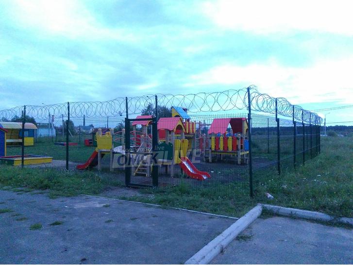 Фото №1 - В Омске детскую площадку оградили колючей проволокой. Но местные жители, похоже, довольны