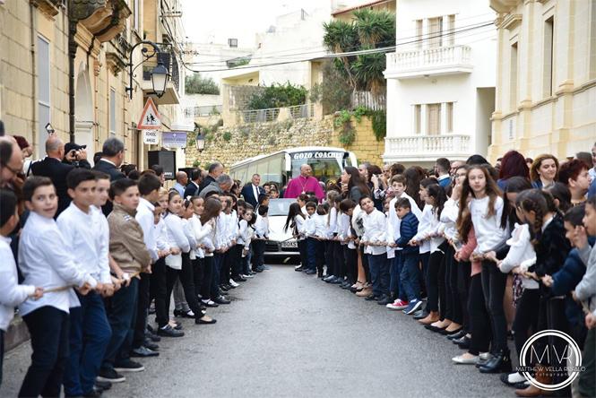 Фото №2 - Мальтийские дети волокут автомобиль с архиепископом (видео)