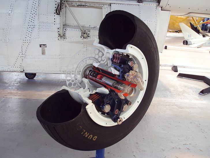 Фото №2 - Меняют ли самолеты летнюю резину на зимнюю?
