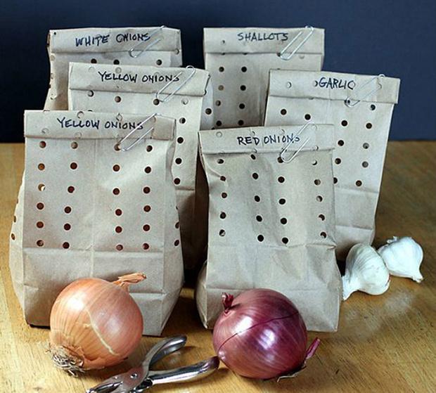 Храни лук и чеснок в перфорированных бумажных пакетах