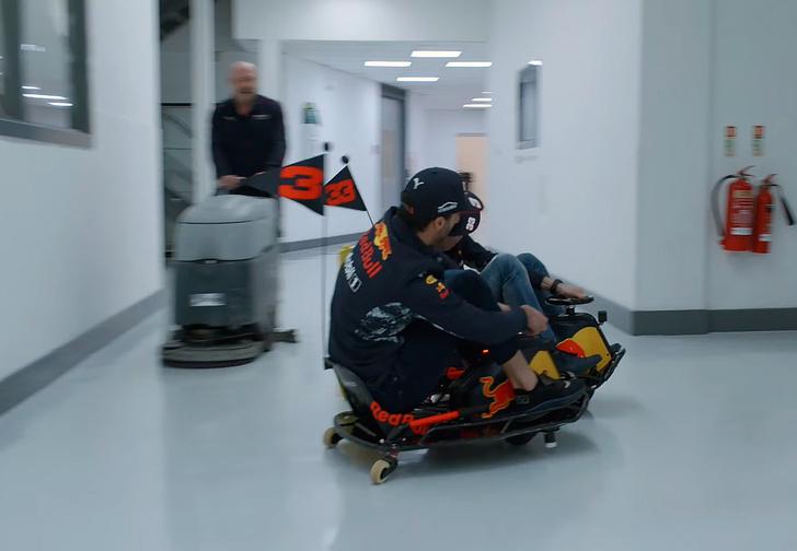 Фото №2 - Пилоты «Формулы-1» гоняют на мини-картах по офису гоночной команды. И это очень смешно
