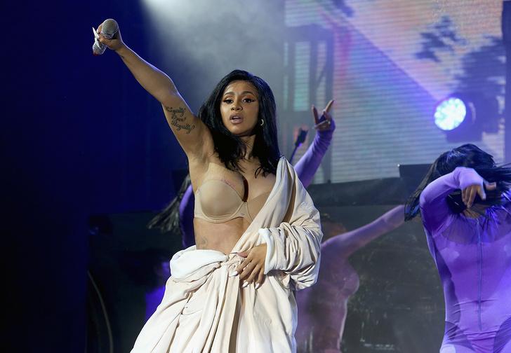 Фото №3 - У хип-хоп-звезды Карди Би во время выступления лопнул костюм на интересном месте (видео концерта прилагаем)