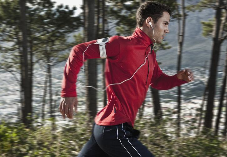 Фото №1 - Вредно ли слушать музыку во время бега?