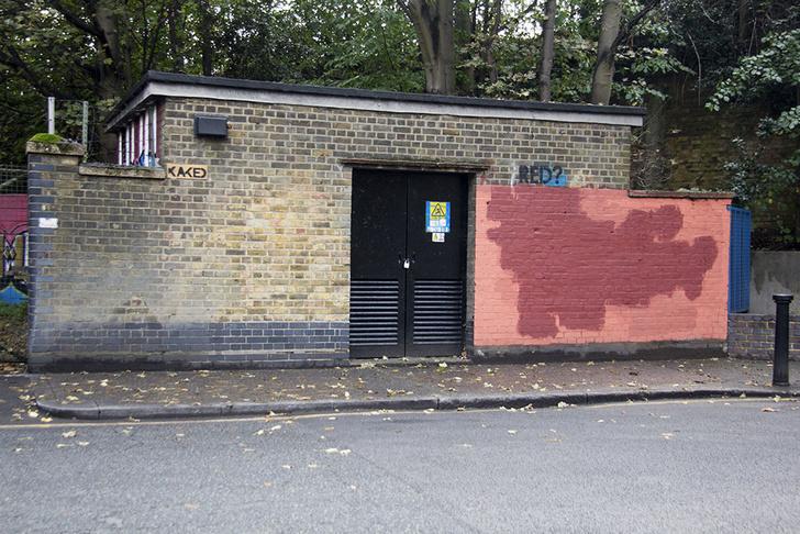 Фото №15 - Красное на черном: Как уличный художник троллил коммунальщиков