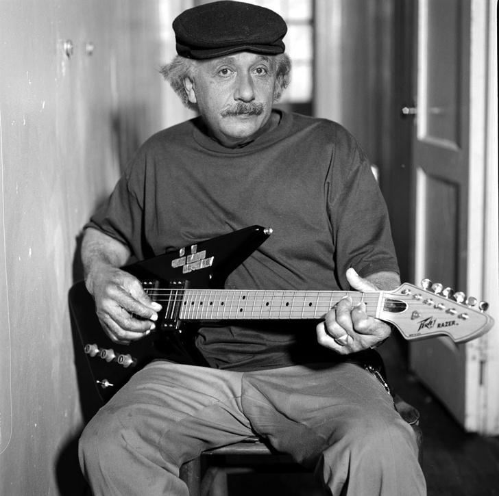 альберт эйнштейн играет на гитаре