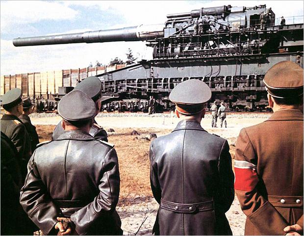 Гитлер с коллегами по работе инспектирует пушку «Толстый Густав». 1941 год