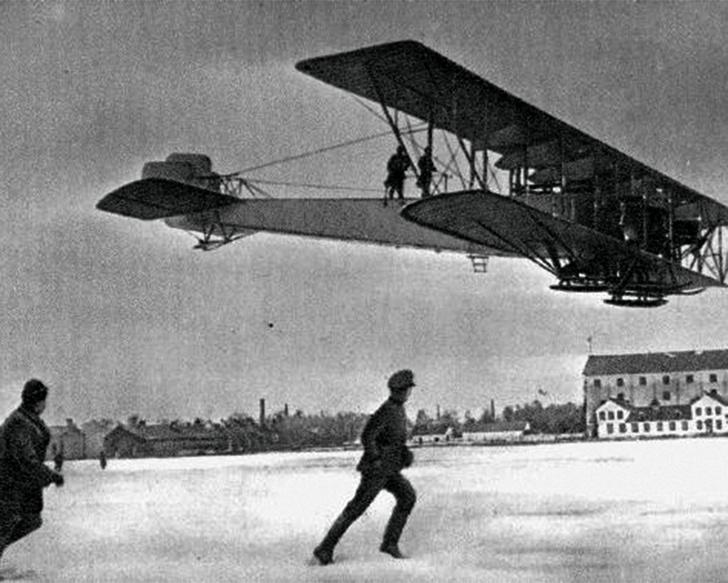 В России построен первый в мире многомоторный бомбардировщик «Илья Муромец» конструктора И.Сикорского. 1915