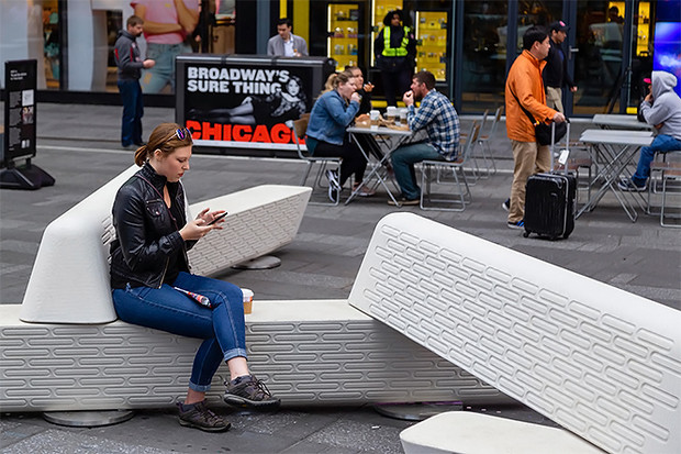 Фото №2 - Нью-Йорк обзавелся антитеррористическими дизайнерскими скамейками