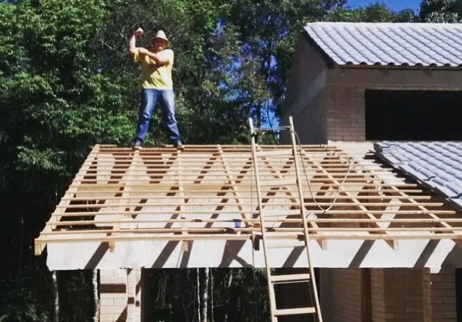 Фото №1 - Парень построил дом по инструкциям из YouTube своими руками и сэкономил половину денег