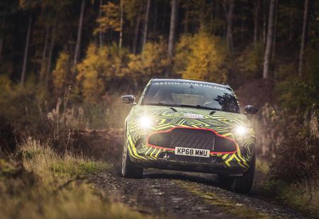 Первый внедорожник Aston Martin вышел на тесты (очень быстрое и довольно грязное ВИДЕО)