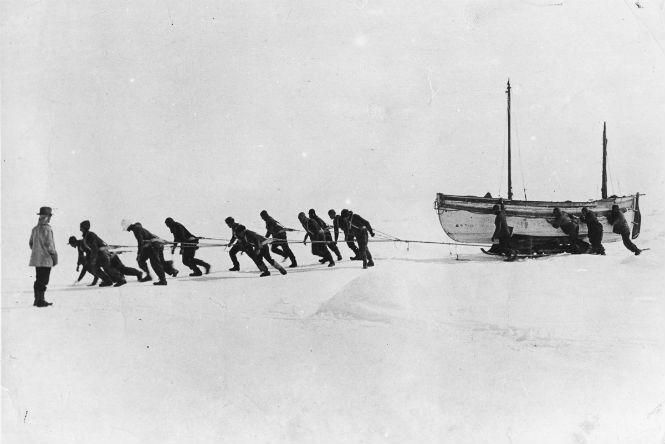 Команда тянет на санях шлюпку во время перехода