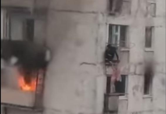 Фото №1 - Парень спас детей из пылающей квартиры, подняв их к себе на балкон (отважное видео)