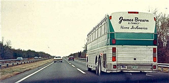 Фото №30 - 25 самолетов и автобусов рок-звезд