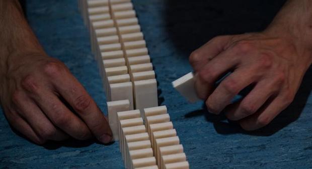 Фото №1 - В Германии пытались поставить рекорд в падении цепочки домино, но муха все испортила