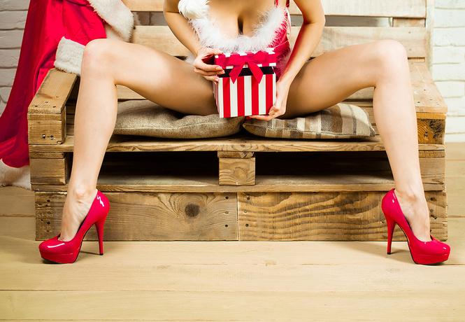 Варежки, вибратор, коньки и другие правильные новогодние подарки для девушки