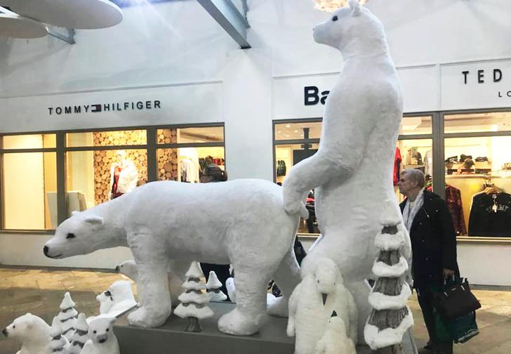 Фото №1 - Торговый центр извинился за скульптуры с белыми мишками. Они получились слишком эротичными