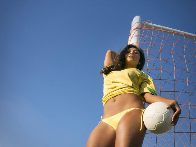 Как заставить девушку полюбить футбол