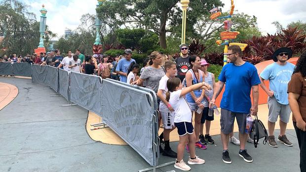 Фото №2 - Посетители парка «Юнивёрсал» по 10 часов стоят в очереди на новый трехминутный аттракцион по мотивам «Гарри Поттера»  (фото и видео)