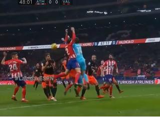 Капитан «Атлетико» лишился зубов в жесткой борьбе за мяч (зубодробительное ВИДЕО)