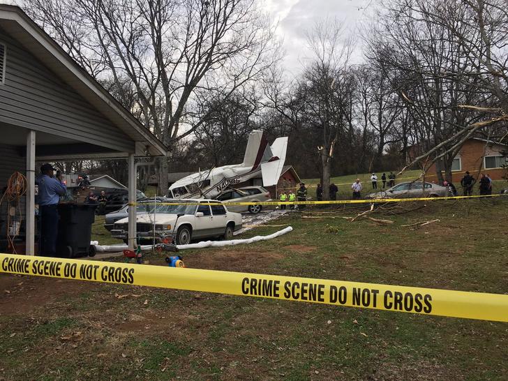 Фото №3 - В США самолет рухнул прямо на город! (Катастрофические ФОТО и ВИДЕО)