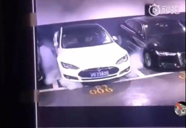Фото №1 - В Шанхае на парковке эпично самовоспламенилась Tesla (видео)