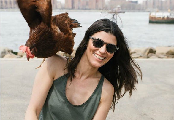 Фото №1 - Познакомься с моделью, которая везде ходит со своей курицей!