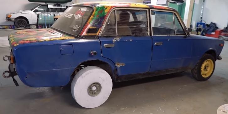 Фото №1 - Умельцы сделали автомобилю колесо из обычной БУМАГИ! И он на нем едет! (Крышесносящее ВИДЕО)