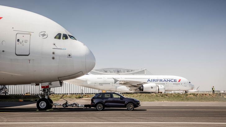 Фото №3 - Porsche Cayenne буксирует Airbus A380