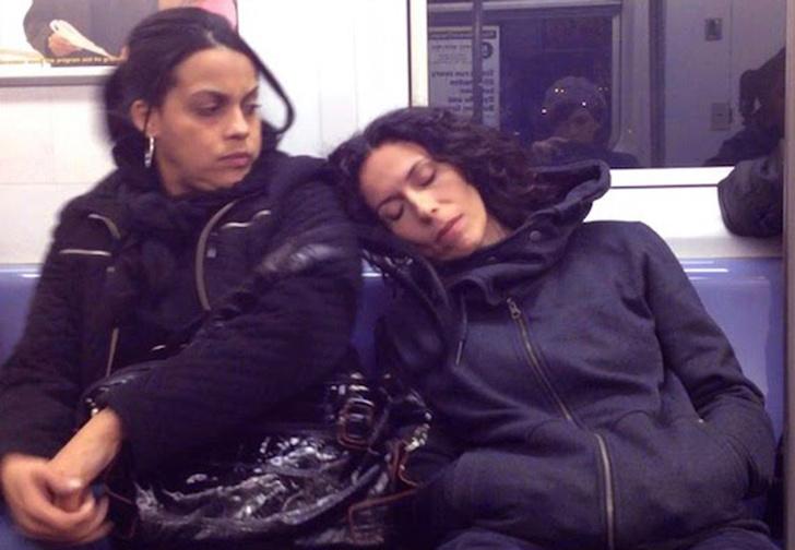 Фото №1 - Неповторимые реакции пассажиров метро на заснувшую на их плече незнакомку