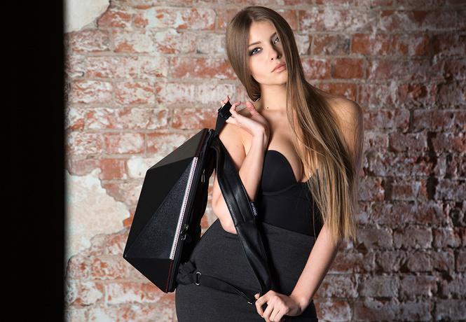 Только посмотри, как эта девушка рекламирует рюкзаки!