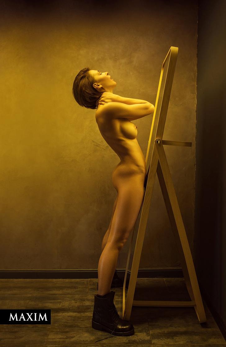 Фото №5 - Неон-киллер: проникновенная фотосессия Евгении Крегжде в MAXIM