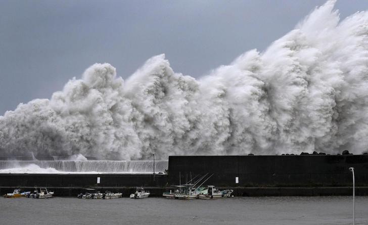 Фото №1 - В Японии бушует самый сильный тайфун за последние 20 лет (фотогалерея)