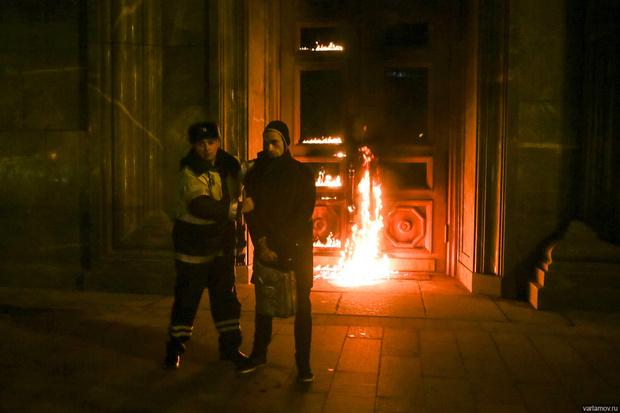Фото №2 - Огненные шутки о поджоге двери ФСБ художником Павленским