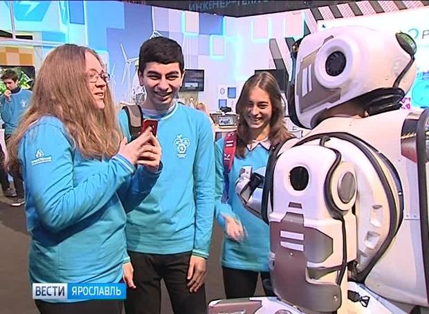 Фото №3 - В Ярославле на выставке показали «самого современного» российского робота, очень похожего на человека в костюме робота