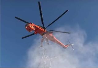 Виртуозная установка опоры линии электропередачи с помощью вертолета (ВИДЕО)